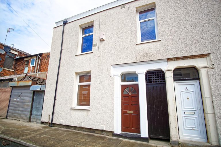 3-Bedroom House to Let in Samuel Street, Preston