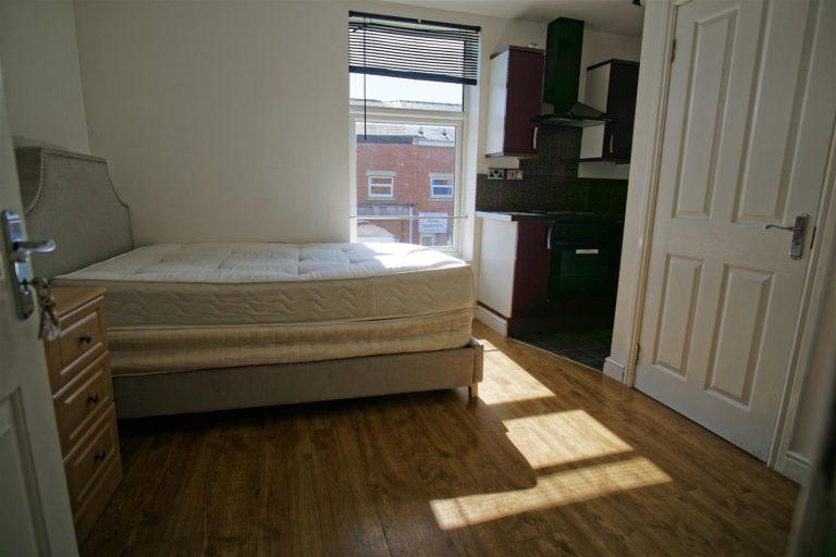 Studio Flat, to let on New Hall Lane, Preston