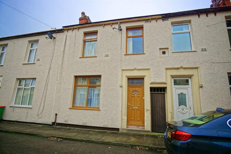3 bed house, on Knowles street, Preston.
