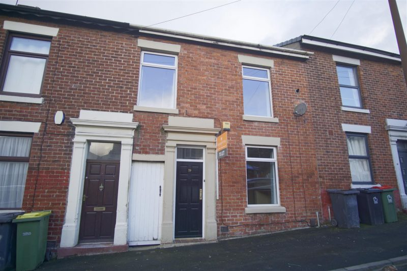 3-bed house to let on De Lacy Street, Preston