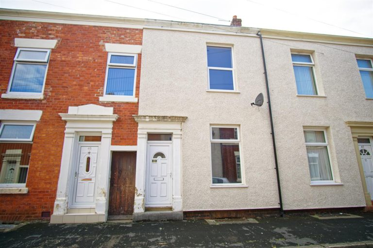 2-bed house to let on Holstein Street, Preston