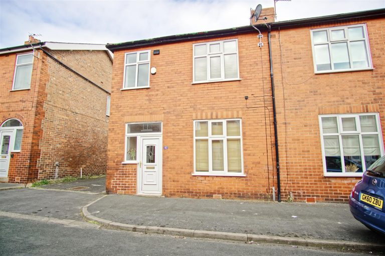 3-Bed End-Terraced House to Let on Ainslie Road, Preston