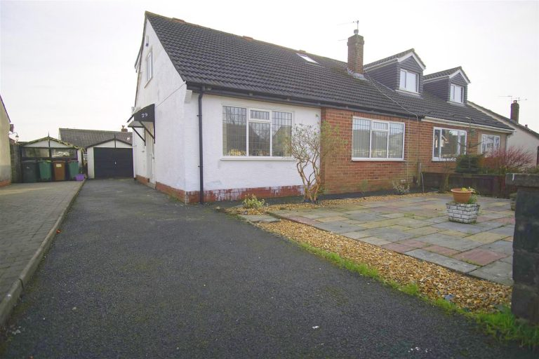 4-Bed Bungalow to Let on Stratford Drive, Fulwood, Preston