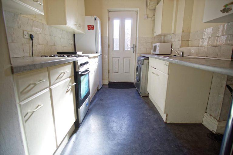 2-Bedroom Flat to Let on New Hall Lane, Preston